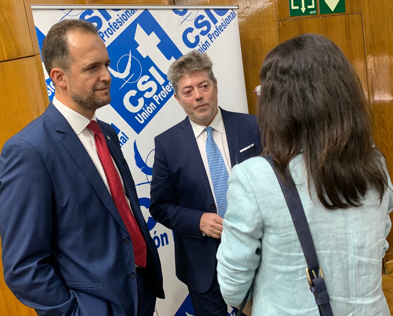 El Secretario General de CSIT UNIÓN PROFESIONAL, José Montero, junto al Secretario General del Sindicato de Técnicos de Salud Pública, Secundino Ortuño, charlando con la representantes del grupo parlamentario de Ciudadanos de la Asamblea de Madrid