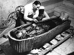 El explorador Howard Carter trabajando en el ataúd interior de Tutankamón