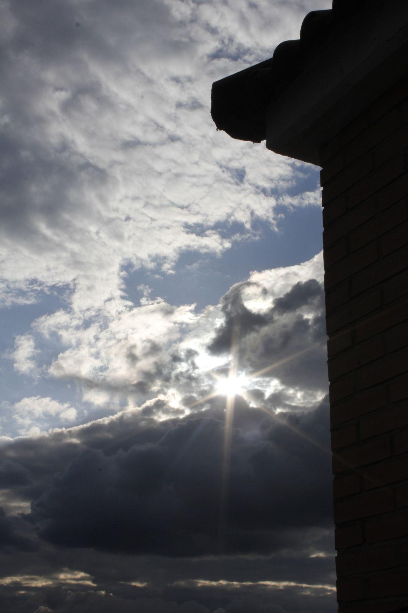 Entre nubes sale el sol