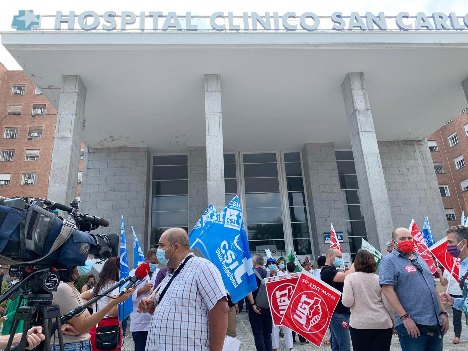 Concentración ante la puerta del Hospital Clínico San Carlos