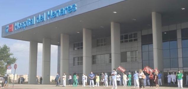 Concentración ante la puerta del Hospital del Henares