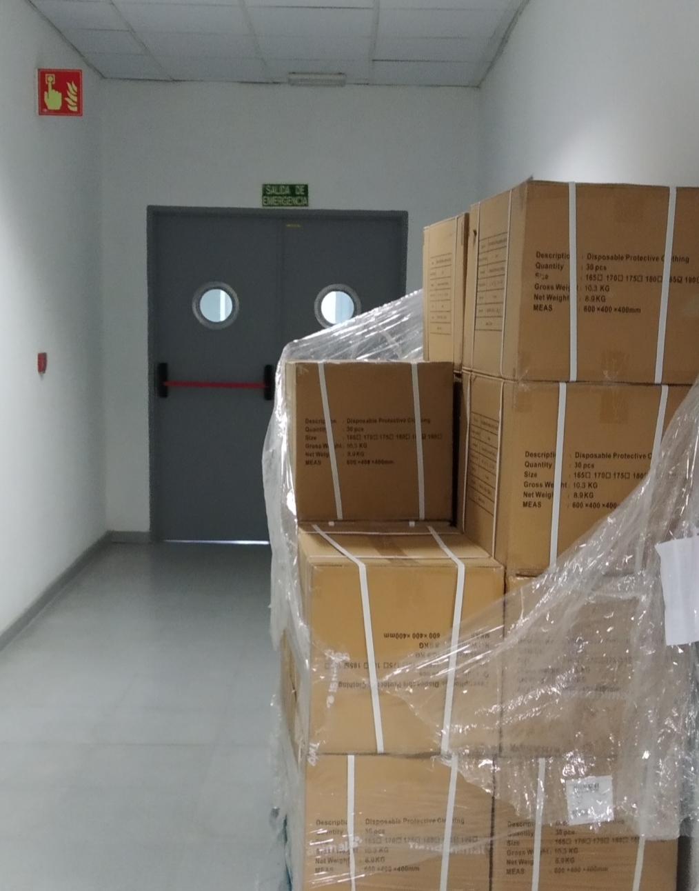 Los pasillos del Hospital están repletos de palets y cajas con material, taponando las salidas de emergencias y dificultando una posible evacuación