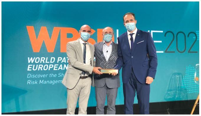 De izquierda a derecha: J.Luis Martínez, Philippe Paul y José Ángel Montero, sosteniendo el galardón otorgado a CSIT UNIÓN PROFESIONAL, durante el acto de entrega de los Premios Internacionales Sham 2021 Risk Management